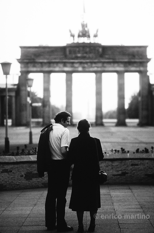 East Berlin, capital of DDR (German Democratic Republic): a couple looking at West Berlin from Brandenburgh's Gate.