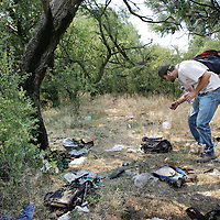 Verenigde Staten. Arizona. juli 2005.<br /> Luke Roske 1 van de leiders van vrijwilligersorganisatie No more Deaths(organisatie, die zich inzet om uitgehongerde en uitgedroogde illegale vluchtelingen (aliens) op te vangen en te voorzien van water en brood) is op zoek naar uitgeputte illegalen die bij de Amerikaans-Mexicaanse grens de VS zijn binnengekomen.<br /> Hij vindt etappeplaatsen waar de illegalen allerlei spullen hebben achtergelaten, om de balast te verkleinen.<br /> De organisatie No more Deaths is opgericht nadat gebleken is, dat er een aantal illgalen in de woestijn zijn omgekomen.zwerfvuil.rugzak.Buiten slapen.onderzoeker.Grens.Grensproblematiek.Illegale vluchtelingen.Illegaliteit.Mexico.<br /> Luke Roske, one of the leaders of voluntary organization No More Deaths, organization that provides food and drink to illegal aliens.<br /> Archives 2005. From series of chase by police on illegal Mexicans who cross the border in Arizona.