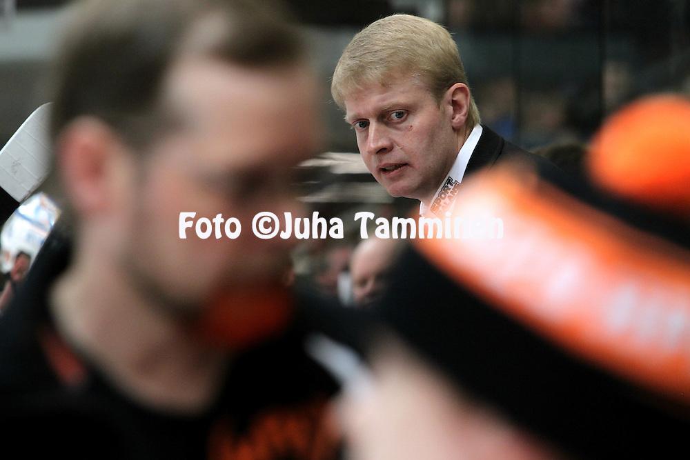 22.04.2010, Patria Areena, H?meenlinna..J??kiekon SM-liiga 2009-10, playoffs 1. loppuottelu HPK - TPS..P??valmentaja Jukka Rautakorpi - HPK.©Juha Tamminen.