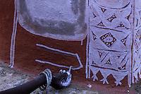 Inde - Rajasthan - Village des environs de Tonk - Femme réalisant des peintures murales (Thapa)