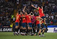 FUSSBALL UEFA U21-EUROPAMEISTERSCHAFT FINALE 2019  in Italien  Spanien - Deutschland   30.06.2019 SCHLUSSJUBEL Spanien;  Jorge Mere hebt Jesus Vallejo (Nr.2) hoch mit Teamkreis im Hintergrund