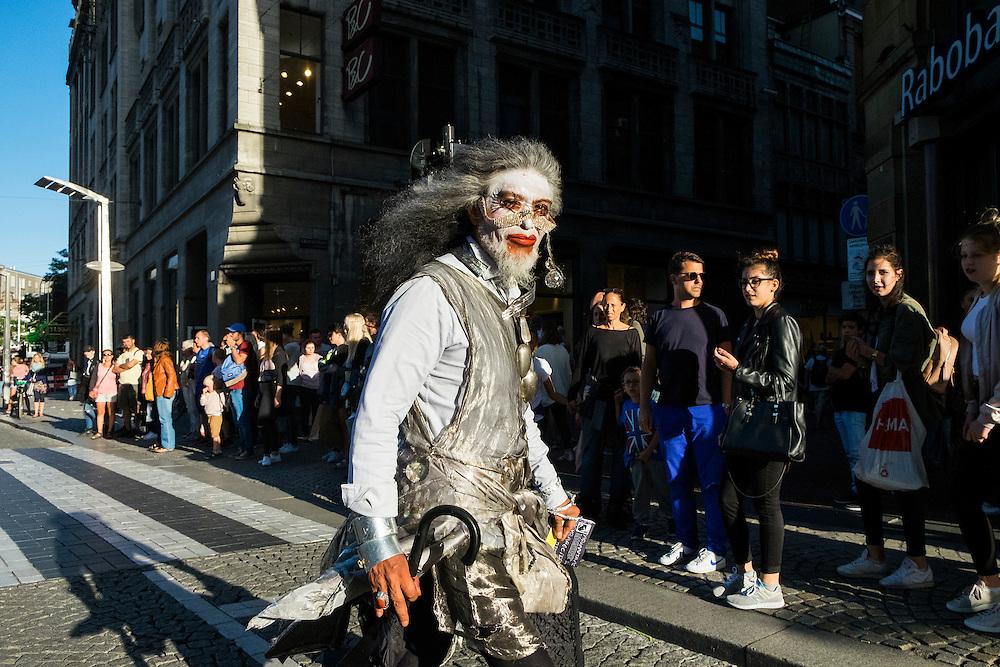 Nederland, Amsterdam, 20-8-2016<br /> Kunstzinnig uitgedoste man loopt in het centrum van de stad over straat. Leven kunstwerk. <br />  <br /> Foto: (c) Michiel Wijnbergh