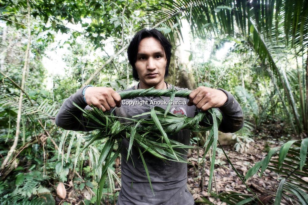 Préparation d'une torsade de feuille de palmier pour pouvoir sécuriser la monter et cueillir l'açai.