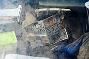 Een wegwerker leest de krant tijdens zijn pauze.
