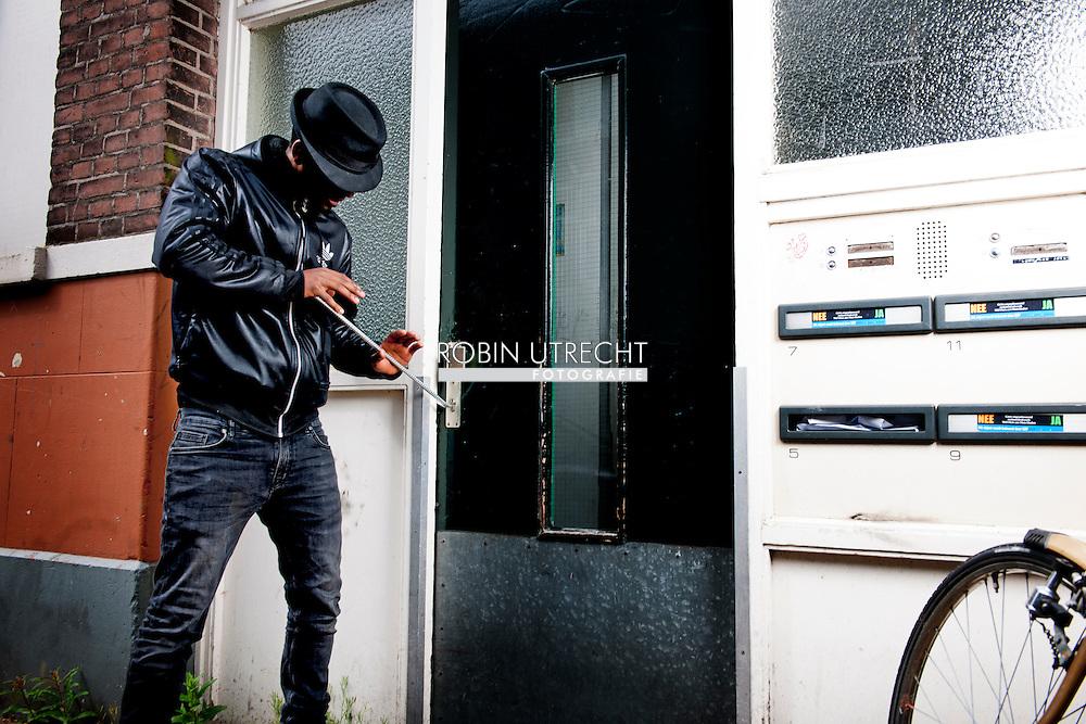 ROTTERDAM - twee jongens breken in in een flat . Blowende hangjongeren hangen rond een een achterbuurt in Rotterdam met een wapen en intimideren de buurt en verzorgen overlast. COPYRIGHT ROBIN UTRECHT woninginbraak