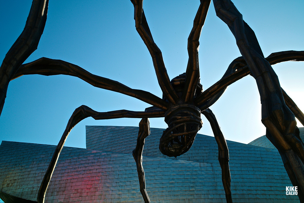 Sculpture Mama de Louise Bourgeois by the Guggenheim Museum Bilbao, designed by Canadian-American architect Frank Gehry