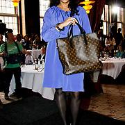 NLD/Amsterdam/20100328 - Veiling voor Engelen van Oranje, Magali Gorre toont de Louis Vuitton tas ingebracht door Yolanthe Cabau van Kasbergen