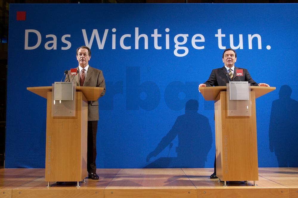 07 FEB 2004, BERLIN/GERMANY:<br /> Franz Muentefering (L), SPD Fraktionsvorsitzender, und Gerhard Schroeder (R), SPD, Bundeskanzler, waehrend einer Pressekonferenz zu den Ergebnissen der Sondesitzung des SPD Praesidiums und Parteivorstandes nach der Bekanntgabe des Ruecktritts des Parteivorsitzenden, Willy-Brandt-Haus<br /> IMAGE: 20040207-01-023<br /> KEYWORDS: R&uuml;cktritt, Gerhard Schr&ouml;der, Franz M&uuml;ntefering