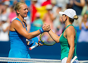 Kiki Bertens of the Netherlands & Simona Halep of Romania shake hands at the net after the final of the 2018 Western and Southern Open WTA Premier 5 tennis tournament, Cincinnati, Ohio, USA, on August 19th 2018 - Photo Rob Prange / SpainProSportsImages / DPPI / ProSportsImages / DPPI