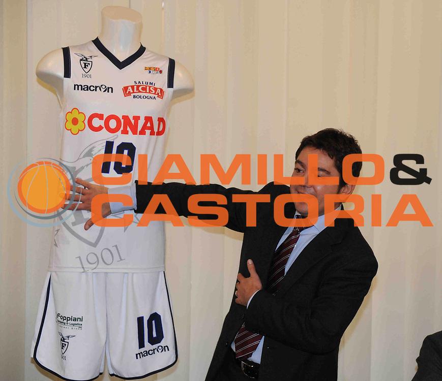 DESCRIZIONE : Bologna Lega Basket A2 2011-12 Conad Bologna Presentazione Nuove Maglie Macron<br /> GIOCATORE : Giulio Romagnoli<br /> CATEGORIA : <br /> SQUADRA : Conad Bologna<br /> EVENTO : Campionato Lega A2 2011-2012<br /> GARA : <br /> DATA : 15/12/2011<br /> SPORT : Pallacanestro<br /> AUTORE : Agenzia Ciamillo-Castoria/M.Marchi<br /> Galleria : Lega Basket A2 2011-2012 <br /> Fotonotizia : Bologna Lega Basket A2 2011-12 Conad Bologna Presentazione Nuove Maglie Macron<br /> Predefinita :