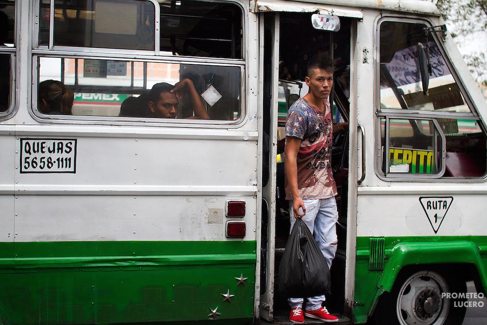 Uriel, de 17 años, vende dulces y chocolates en el transporte público. Dejó la escuela secundaria para dedicarse a la venta. Vive en Ciudad Nezahualcóyotl, en la zona cinurbada del Estado de México. ( Prometeo Lucero)