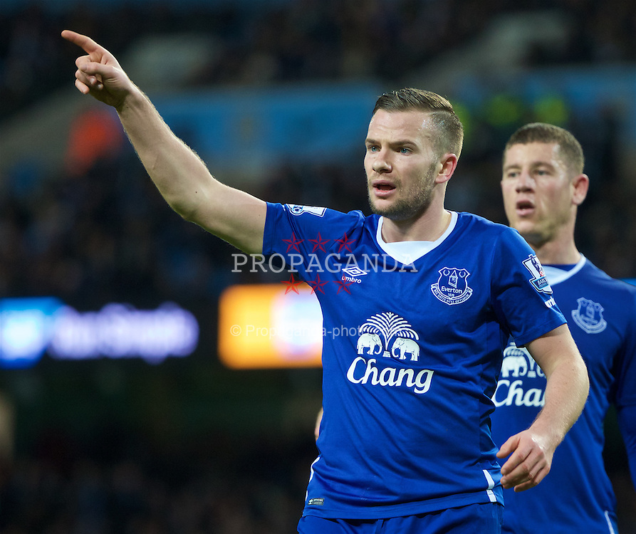 MANCHESTER, ENGLAND - Wednesday, January 27, 2016: Everton's Tom Cleverley in action against Manchester City during the Football League Cup Semi-Final 2nd Leg match at the City of Manchester Stadium. (Pic by David Rawcliffe/Propaganda)