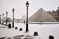France, Paris (75), zone classée Patrimoine Mondial de l'UNESCO, la Pyramide du Louvre de l'architecte Ieoh Ming Pei et façade du pavillon Richelieu dans la cour Napoléon