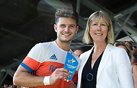 AMSTELVEEN -  Robbert Kemperman (Ned)  werd uitgeroepen tot maker van het mooiste doelpunt van het toernooi en onvangt de prijs uit handen van .... namens Auping na  de finale Belgie-Nederland (2-4) bij de Rabo EuroHockey Championships 2017.   COPYRIGHT KOEN SUYK