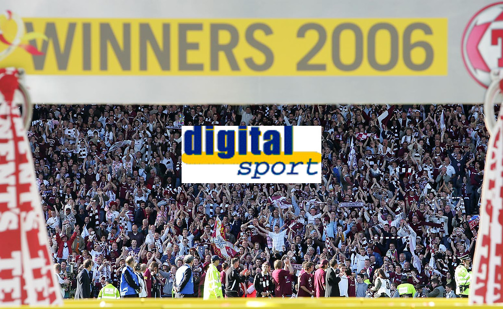 Photo: Andrew Unwin.<br /> Hearts v Gretna. Tennants Scottish Cup Final. 13/05/2006.<br /> Hearts celebrate with a lap of honour.