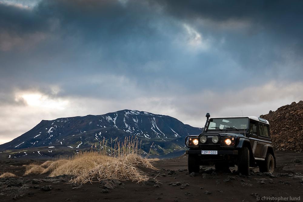 Melgresi og Land Rover á Rótarsandi. Lime grass and a Land Rover at Rotarsandur, Iceland.
