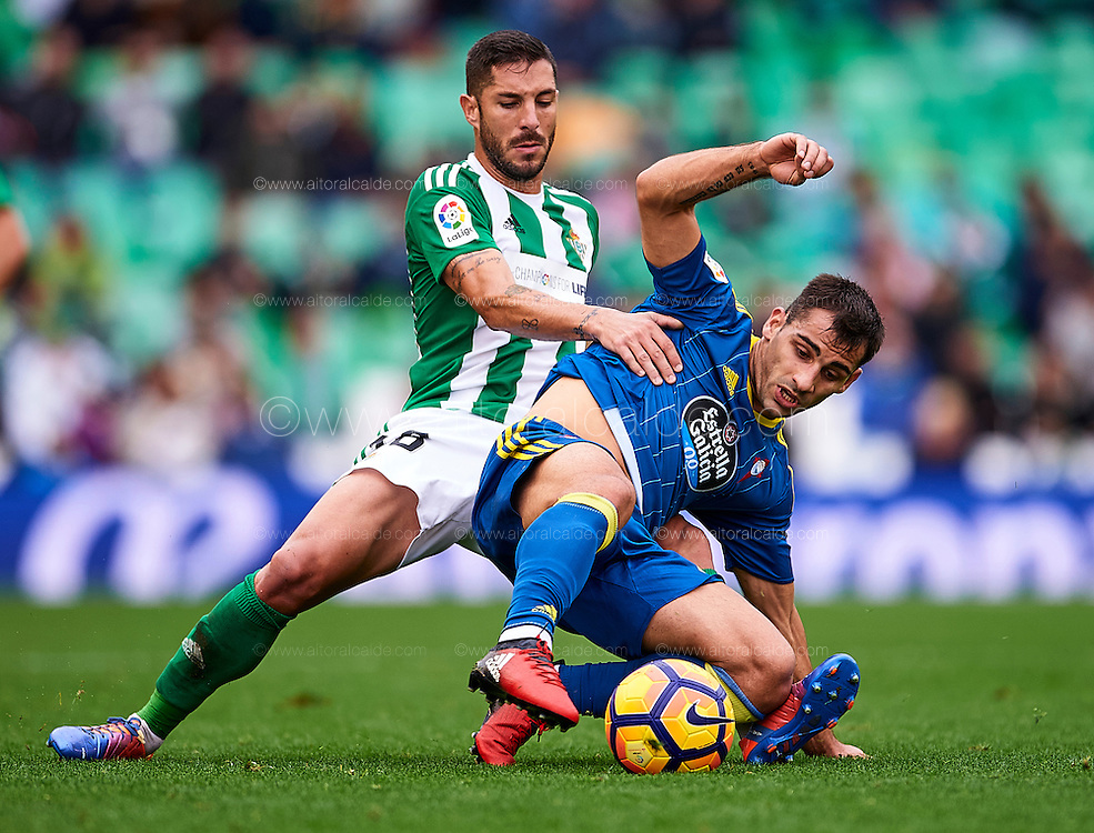 SEVILLE, SPAIN - DECEMBER 04:  Alvaro Cejudo of Real Betis Balompie (L) competes for the ball with Jonathan Castro of RC Celta de Vigo (R) during La Liga match between Real Betis Balompie an RC Celta de Vigo at Benito Villamarin Stadium on December 4, 2016 in Seville, Spain.  (Photo by Aitor Alcalde Colomer/Getty Images)
