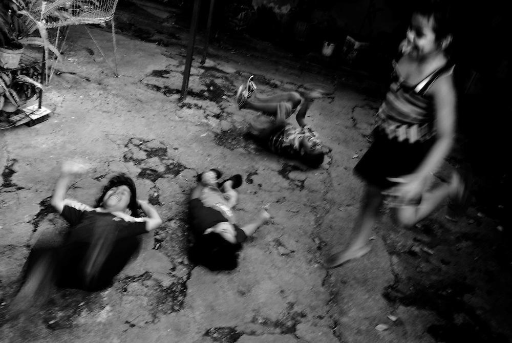 APUNTES SOBRE MI VIDA: LA PASTORA I - 2009/10<br /> Photography by Aaron Sosa<br /> Los Hijos de Maikel Montilla. Maikel, uno de mis mejores amigos de infancia. Nos conocemos desde la edad de 7 años. Hoy en día cada uno tiene una vida, una familia.<br /> La Pastora, Caracas - Venezuela 2009<br /> (Copyright © Aaron Sosa)
