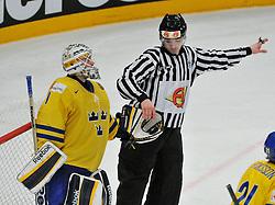 11.05.2013, Globe Arena, Stockholm, SWE, IIHF, Eishockey WM, Schweden vs Slowenien, im Bild domaren plockar pucken ur handsken Sverige Sweden 1 Goalkeeper Jhonas Enroth // during the IIHF Icehockey World Championship Game between Sweden and Slovenia at the Ericsson Globe, Stockholm, Sweden on 2013/05/11. EXPA Pictures © 2013, PhotoCredit: EXPA/ PicAgency Skycam/ Simone Syversson..***** ATTENTION - OUT OF SWE *****