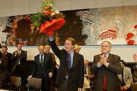 24 SEP 2002, BERLIN/GERMANY:<br /> Hans Eichel (L), SPD, Bundesfianzminister, Franz Muentefering (M), SPD Generalsekretaer und neuer  Fraktionsvorsitzender, und Ludwig Stiegler (R), SPD, ehem. Fraktionvorsitzender, nach der Wahl von Muentefering, waehrend der ersten SPD Fraktionssitzung nach der Bundestagswahl, SPD Fraktionssaal, Deutscher Bundestag<br /> IMAGE: 20020924-02-015<br /> KEYWORDS: Franz Müntefering, Gratulation, Blumen, folwers