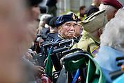 Nederland, Nijmegen, 21-9-2014Herdenking van De Oversteek, gedaan door amerikaanse soldaten, militairen tijdens de Tweede wereldoorlog. Bij stadsbrug De Oversteek speelt de Koninklijke Landmacht de Waalcrossing na met de 82nd Airborne Division. In drie shifts peddelen de militairen naar de overkant met aan boord de laatste 2 veteranen uit september 1944. De derde nog levende kwam te laat en miste de bootjes. Dit was Moffatt Burriss, een hoogbejaarde veteraan van de 82nd Airborne Division, die de ochtend ervoor zijn legerjack met daarop al zijn onderscheidingen geschonken had aan burgemeester Hubert Bruls van Nijmegen. Re-enactors deden aan het spektakel mee. Een van de meest heroische acties tijdens operatie Market-Garden is de oversteek van de Waal bij Nijmegen in canvas bootjes door een eenheid van de 82nd Airborne Division om op te rukken naar de Waalbrug van Nijmegen. Deze herdenking is de laatste waar veteranen officieel aan deelnemen.FOTO: FLIP FRANSSEN/ HOLLANDSE HOOGTE