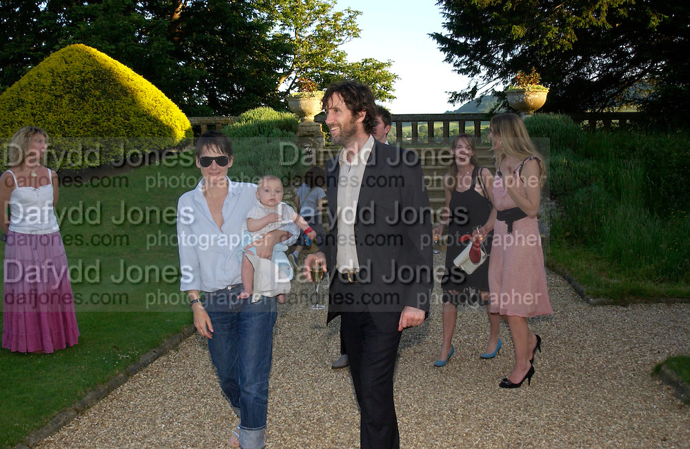 Sadie Coles and Angus Fairhurst. Mollie Dent-Brocklehurst and Vanity Fair host  the opening of 'Vertigo'  a mixed art exhibition at Sudeley Castle. Winchombe, Gloucestershire. 18 June 2005. ONE TIME USE ONLY - DO NOT ARCHIVE  © Copyright Photograph by Dafydd Jones 66 Stockwell Park Rd. London SW9 0DA Tel 020 7733 0108 www.dafjones.com