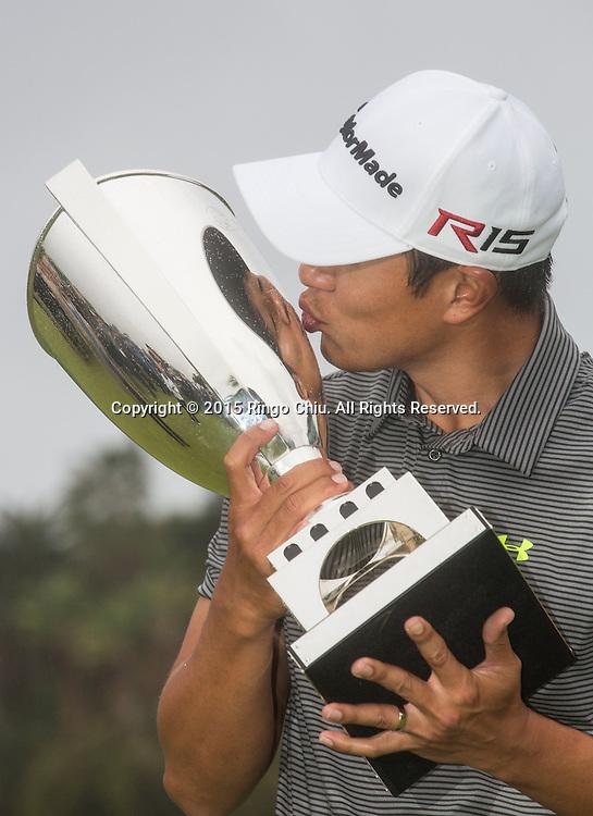 2月22日,韓裔美籍高爾夫球手詹姆士-韓在頒獎儀式上親吻他的獎杯。當日,2015年美巡北美信託高爾夫球公開賽決賽在洛杉磯里維拉鄉村俱樂部舉行,詹姆士-韓獲得冠軍。<br /> (新華社發 趙漢榮攝)<br /> James Hahn, kisses the winner's trophy after winning the PGA Tour Northern Trust Open golf tournament on the third playoff hole at Riviera Country Club, Sunday, February 22, 2015, in Los Angeles. (Xinhua/Zhao Hanrong)(Photo by Ringo Chiu/PHOTOFORMULA.com)