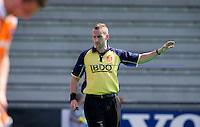 ROTTERDAM - HOCKEY -  Scheidsrechter Berny van Loon  tijdens de oefenwedstrijd tussen de mannen van Nederland en Engeland (2-1) . FOTO KOEN SUYK