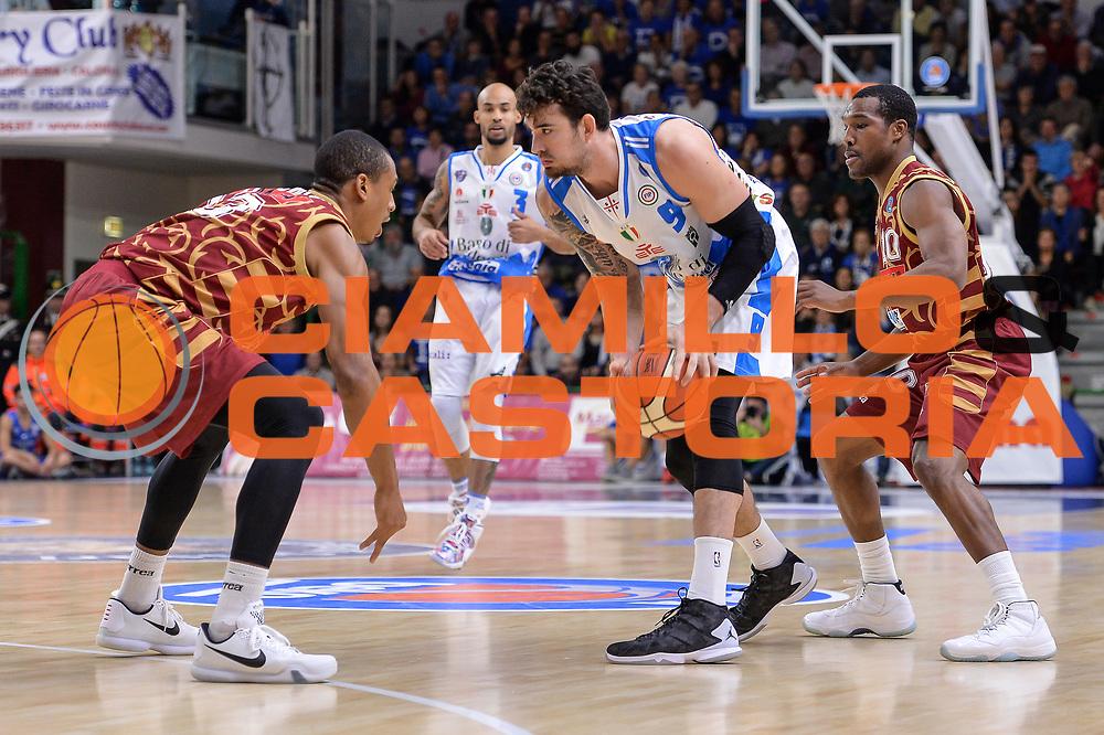 DESCRIZIONE : Campionato 2015/16 Serie A Beko Dinamo Banco di Sardegna Sassari - Umana Reyer Venezia<br /> GIOCATORE : Joe Alexander<br /> CATEGORIA : Palleggio<br /> SQUADRA : Dinamo Banco di Sardegna Sassari<br /> EVENTO : LegaBasket Serie A Beko 2015/2016<br /> GARA : Dinamo Banco di Sardegna Sassari - Umana Reyer Venezia<br /> DATA : 01/11/2015<br /> SPORT : Pallacanestro <br /> AUTORE : Agenzia Ciamillo-Castoria/L.Canu