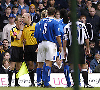Fotball<br /> Premier League 2004/05<br /> Birmingham v Newcastle<br /> 3. oktober 2004<br /> Foto: Digitalsport<br /> NORWAY ONLY<br /> The linesman has a word with referee H. Webb after a controversial decision not to award Newcastle a corner, as Birmingham players protest