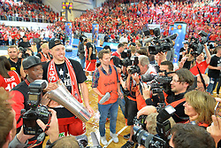21.06.2015, Brose Arena, Bamberg, GER, Beko Basketball BL, Brose Baskets Bamberg vs FC Bayern Muenchen, Playoffs, Finale, 5. Spiel, im Bild Nationalspieler Dennis Schroeder (Atlanta Hawks / NBA / links) und Daniel Theis (Brose Baskets Bamberg / Zweiter von links) praesentieren den Meister-Pokal den Fotografen und Kameraleuten. // during the Beko Basketball Bundes league Playoffs, final round, 5th match between Brose Baskets Bamberg and FC Bayern Muenchen at the Brose Arena in Bamberg, Germany on 2015/06/21. EXPA Pictures &copy; 2015, PhotoCredit: EXPA/ Eibner-Pressefoto/ Merz<br /> <br /> *****ATTENTION - OUT of GER*****