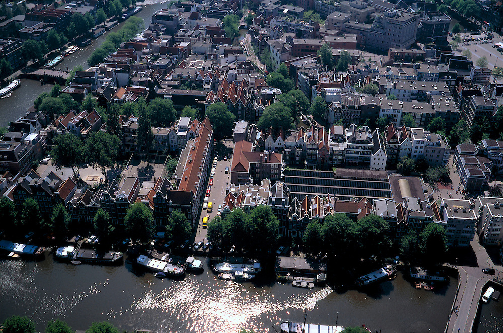 Nederland, Amsterdam, Nieuwmarktbuurt, 17/05/2002; voorgrond: Oude Waal met woonschepen, links: Oude Schans, rechtsboven Nieuwmarkt;.wonen grote stad grachten Amsterdam Centrum stadsvernieuwing;<br /> luchtfoto (toeslag), aerial photo (additional fee)<br /> foto /photo Siebe Swart