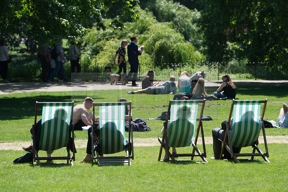 © London News Pictures. 27/05/15. London, UK. Londoners enjoy the summer sunshine in St James's Park, Central London. Photo credit: Laura Lean/LNP