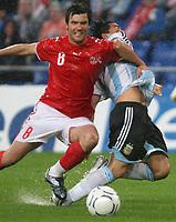 Raphael Wicky (SUI) gegen Carlos Tevez (ARG) © Andy Mueller/EQ Images