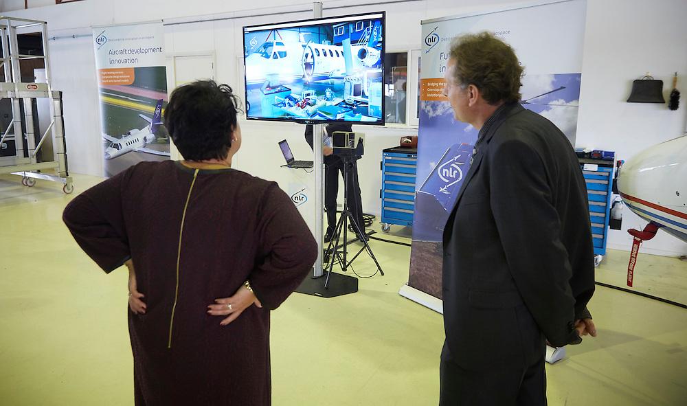 SCHIPHOL, 16 september 2016.<br /> Aerospace Center - Sharon Dijksma, Staatssecretaris Sharon Dijksma gaat innovaties in de luchtvaart bekijken in een hangar. Schone en stillere motoren, lichte materialen, in het kader van minder CO2 uitstoot van de luchtvaart. <br /> FOTO MARTIJN BEEKMAN