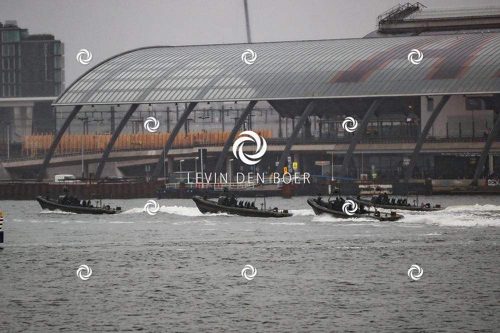 AMSTERDAM - Op het IJ achter het station vaarden vier Anti Terreur Eenheden voorbij. FOTO LEVIN & PAULA PHOTOGRAPHY VOF