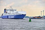 Nederland, Rotterdam,  12-5-2017 Een veerboot, ferry, van rederij DFDS vaart de nieuwe Maas op richting ferryhaven vanuit Engeland. Op het schip staan vrachtwagens. Aan de overkant is de Maasvlakte. FOTO: FLIP FRANSSEN