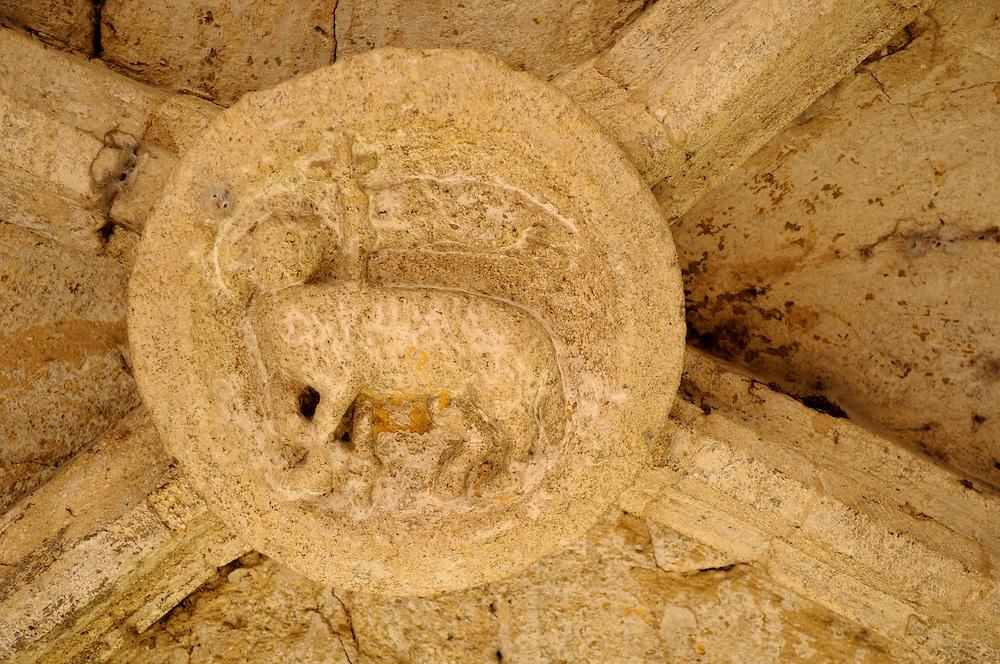 France, Languedoc Roussillon, Gard (30), Uzège, Uzès, place Dampmartin, les arcades, clef de voute, agneau Pascal