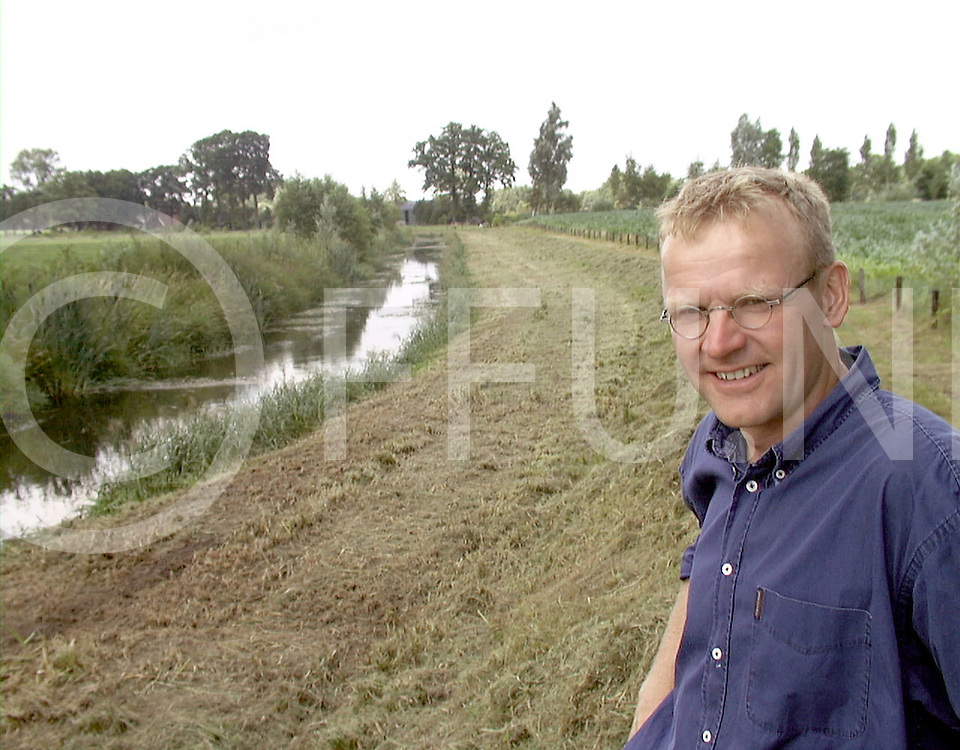 Fotografie Uijlenbroek©1999/Frank Uijlenbroek.990720 borne/almelo.klaas hesseling waterschap bij de Oude Bornsebeek in Herthme, die een uiterwaardenprofiel heeft, een smal zomerbed en een breed winterbed.een oplossing tegen verdroging