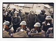Manifestazioni contro il summit del Fondo Monetario Internazionale e della Banca Mondiale. Praga, settembre 2000. Blocco stradale con carro armato della Polizia ceca.