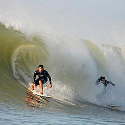 Surfistas surfando uma onda