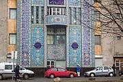 First Central Jam-E-Mosque, World Islamic Mission, Åkebergveien 28B, Oslo. First Central Jam-E-Mosque. Moskeen i Åkebergveien i Oslo er tilholdssted for World Islamic Mission, en av Norges største islamske menigheter. Den ble bygget i 1995, og var den første moskeen i Norge som ble bygget spesielt for formålet. <br /> Bygget har et bruttoareal på 1260 kvadratmeter fordelt på tre etasjer, galleriet og to minareter. Det er plass til ca. 700 personer i moskeen, som er en av de største i Norge. <br /> Veggene i moskeen er pyntet med fliser fra Iran og Spania, både utvendig og innvendig. Mange av flisene er dekorert med kalligrafi fra Koranen. Gulvet i hovedsalen dekket av et iransk teppe, og en lysekrone fra Tyrkia er montert i moskeens hovedsal.