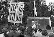 Nederland, Den Bosch, 1985..De op 2-3-2005 overleden Paus Johannes Paulus tijdens zijn bezoek aan Den Bosch. Rijtoer door de stad in de pausmobiel. Publiek, toeschouwers. Pausbezoek, bezoek...Foto: Flip Franssen/Hollandse Hoogte