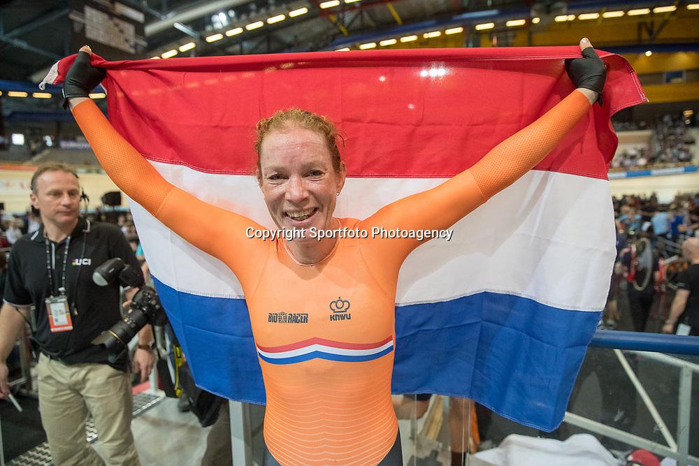 04-03-2018: Wielrennen: WK Baan: Apeldoorn<br />Kirsten Wild heeft het wereldkampioenschap op de baan in Apeldoorn afgesloten met een derde gouden medaille. Ze won het WK puntenkoers.<br /> Eerder was er al goud voor de Overijsselse op het omnium en de scratch. Op de koppelkoers won Wild zilver met Amy Pieters.<br /> <br /> Het verschil met de concurrentie was zo groot dat Wild zich niet hoefde te mengen in de laatste sprint. De Amerikaanse Valente won het zilver, brons was er voor de Canadese Duehring.