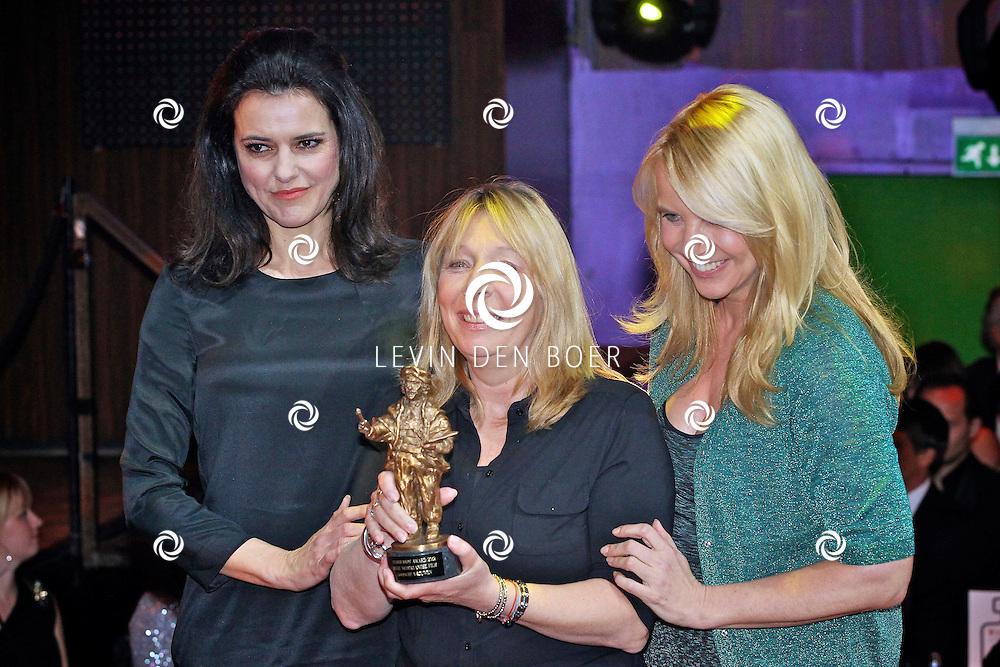 AMSTERDAM - In discotheek De Escape op het Rembrandtplein zijn weer de Rembrandt Awards 2012 uitgereikt.  Met op de foto Susan Visser, Will Koopman en Linda de Mol met de Rembrandt voor beste film Gooische Vrouwen. FOTO LEVIN DEN BOER - PERSFOTO.NU