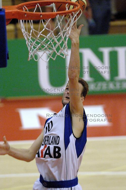 16-09-2006 BASKETBAL: NEDERLAND - ALBANIE: NIJMEGEN<br /> De basketballers hebben ook hun vierde wedstrijd in de kwalificatiereeks voor het Europees kampioenschap in winst omgezet. In Nijmegen werd een ruime overwinning geboekt op Albanie: 94-55 / Sander van der Holst<br /> &copy;2006-WWW.FOTOHOOGENDOORN.NL