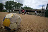 Feature Kinder beim Fussball          Kinder spielen Fussball auf einem Bolzplatz bei Frankfurt.