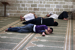 18.06.2015, Gaza city, PSE, Islam, Beginn des Fastenmonat Ramadan, im Bild Muslimische Gläubige lesen den Koran und ruhen sich aus // Palestinians rest as others pray and read the Koran in a mosque during the holy month of Ramadan. Muslims around the world are observing the holy fasting month of Ramadan in which they refrain from eating, drinking, sex and smoking from dawn to dusk, Palestine on 2015/06/18. EXPA Pictures © 2015, PhotoCredit: EXPA/ APAimages/ Ashraf Amra<br /> <br /> *****ATTENTION - for AUT, GER, SUI, ITA, POL, CRO, SRB only*****