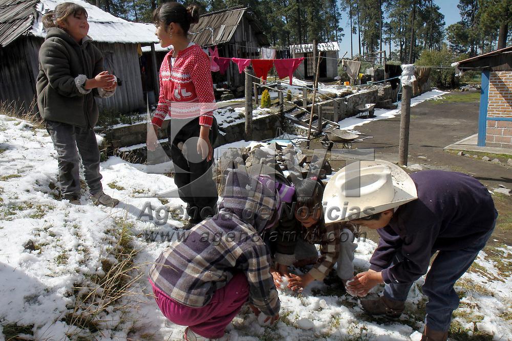 ZINACANTEPEC, México.- La comunidad de Raíces, y aledañas a las faldas del Volcán Xinantecatl  se vistieron de blanco después de la leve nevada que se presento la noche de este domingo, los pobladores salieron a jugar con la nieve. Agencia MVT / Crisanta Espinosa. (DIGITAL)