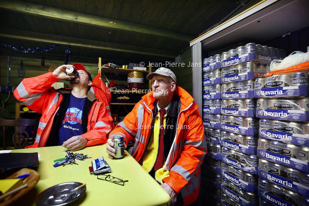 Nederland, Amsterdam , 26 november 2013.<br /> Amsterdamse aloholisten vegen straten in ruil voor bier etc.<br /> Dit project is opgezet door de Regenbooggroep.<br /> De Regenboog Groep wil door middel van diverse projecten en activiteiten bezoekers, cli&euml;nten en deelnemers actief laten deelnemen in de maatschappij. Zo verbinden we hen met elkaar, met maatjes en coaches, met maatschappelijk werkers, met buurtbewoners en met andere aardige Amsterdammers.<br /> Op de foto enkele alcoholische stratenvegers drinken een biertje vooraf aan het straten vegen in een schuurtje in de tuin van de Regenboog groep locatie aan de Sumatrastraat in amsterdam Oost.<br /> Foto:Jean-Pierre Jans